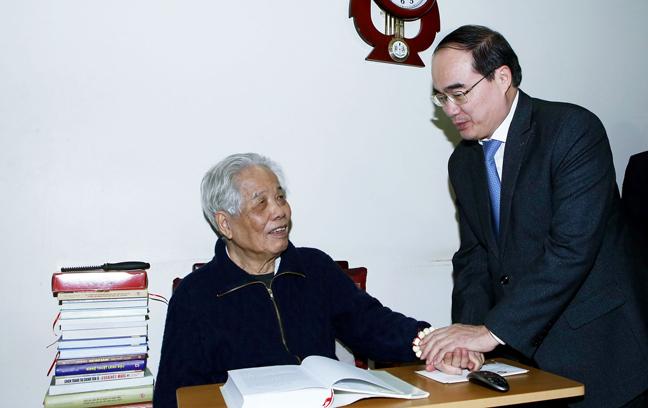 Ketua Pengurus Besar Front Tanah Air Vietnam, Nguyen Thien Nhan mengunjungi para mantan pemimpin Partai Komunis dan Negara Vietnam