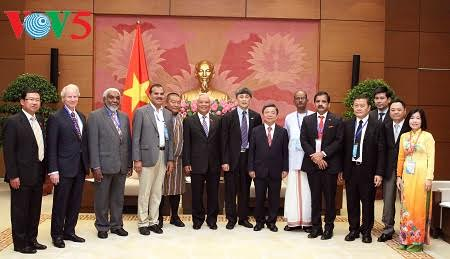 Wakil Ketua MN Vietnam, Uong Chu Luu menerima delegasi Uni Koperasi Internasional