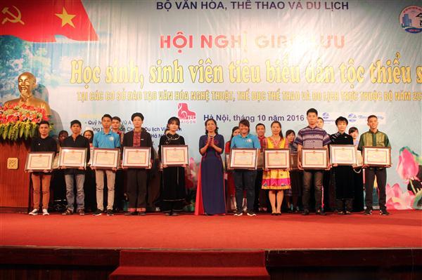Con em đồng bào dân tộc thiểu số đóng góp quan trọng vào bảo tồn, phát triển văn hóa Việt Nam
