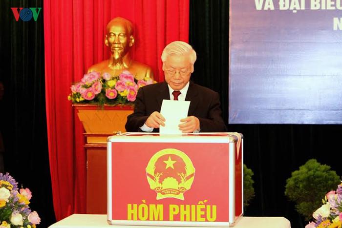 Millones de vietnamitas acuden a las urnas en total seguridad