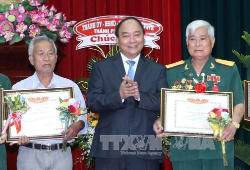 Primer ministro asiste a conferencia en honor de personas con méritos revolucionarios