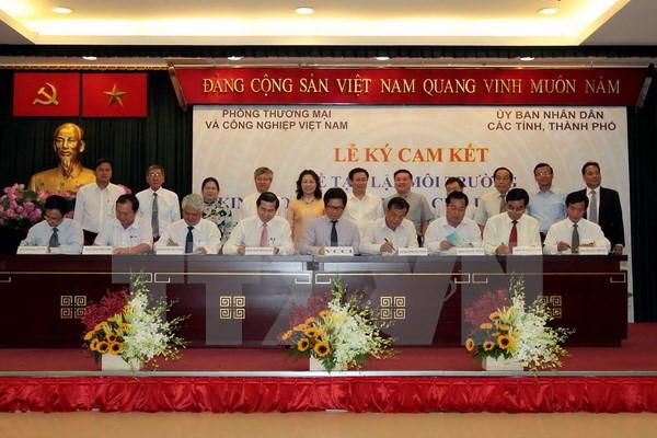 VCCI dan 21 propinsi dan kota di Vietnam menandatangani komitmen tentang menciptakan lingkungan bisnis yang kondusif kepada badan usaha