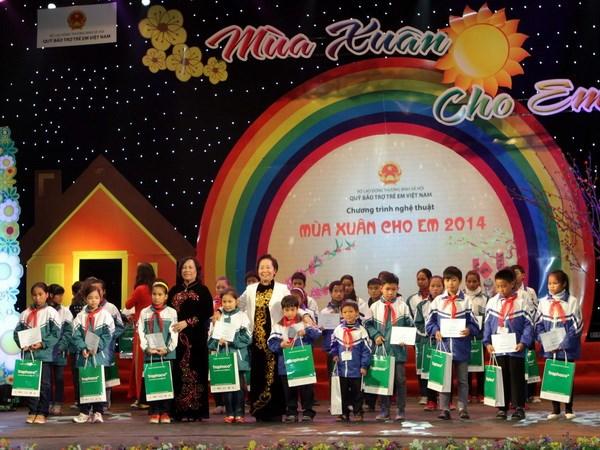 "Program ""Musim Semi untuk anak- anak"" menerima 100 miliar dong Vietnam demi anak-anak miskin"