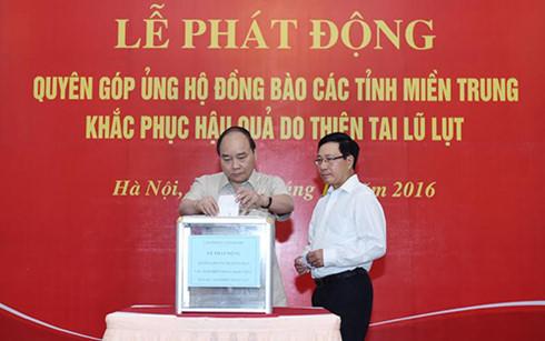 Lãnh đạo Đảng, Nhà nước, Chính phủ và các cơ quan quyên góp ủng hộ đồng bào miền Trung bị lũ lụt