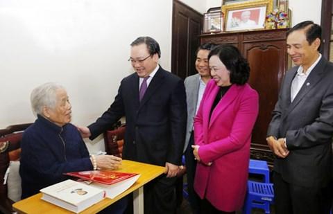 Vœux du Tet à des anciens dirigeants et familles méritantes