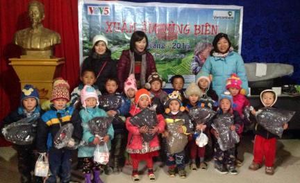VOV5 überreicht armen Kindern im Kreis Meo Vac Geschenke