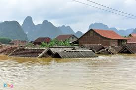 Jumlah uang sebesar 46 miliar dong Vietnam diberikan kepada warga di daerah banjir di Vietnam Tengah