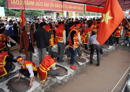 Datang mengunjungi provinsi Hai Duong untuk menghadiri Festival Petasan Tanah