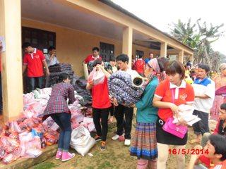 慈善活動に積極的に参加するグェン・ティ・ヒエン教師