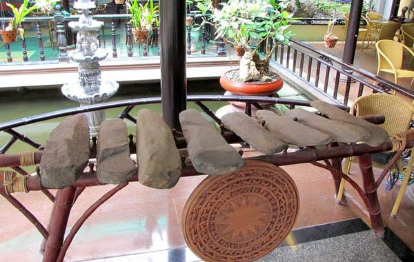 クホ族の石でできた楽器