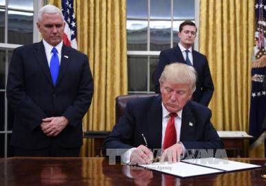 トランプ米大統領、TPP離脱の大統領令に署名