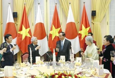 国家主席夫妻、天皇皇后両陛下の歓迎晩餐会を主催