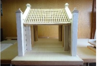 ハノイ博物館 日本の建築士が復旧した古い村の門の模型を受ける