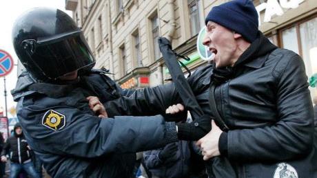 スパイサー米報道官がロシア政府を非難 反プーチンデモ参加者の多数拘束で