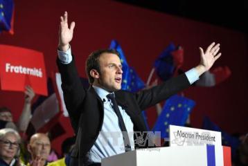 仏大統領選 2人の候補が同じ工場で訴え 選挙戦激しさ増す