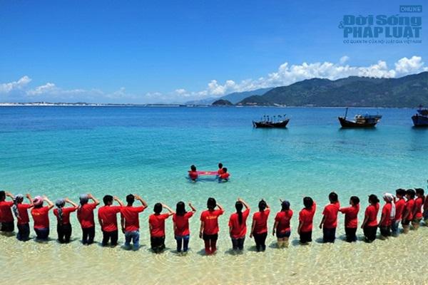 Menciptakan dan menyosialisasikan kecintaan terhadap laut dan pulau dari para seniman daerah dataran rendah sungai Mekong