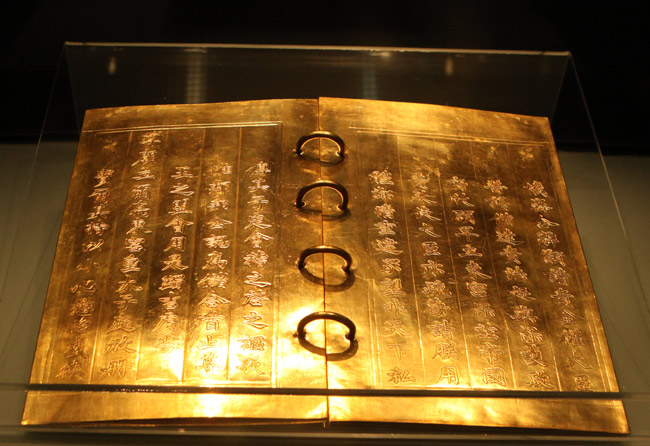 Buku logam: Karya-karya artistik yang halus dari dinasti Nguyen
