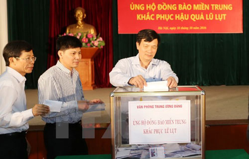 Seluruh negeri terus mengumpulkan derma dan berkiblat ke rakyat Vietnam Tengah