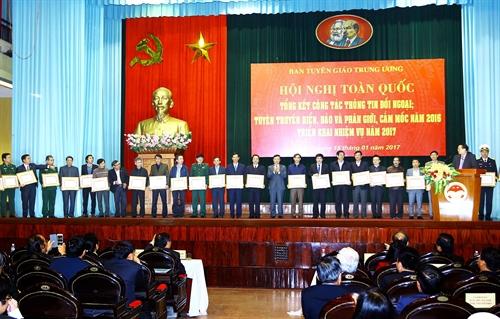 Memperkuat pekerjaan solialisasi luar negeri, membangun posisi, citra dan diplomatik Vietnam
