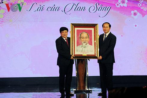 Sajak ucapan selamat Hari Raya Tet dari Presiden Ho Chi Minh adalah kata-kata Tanah Air dan kata pemacu Tanah Air