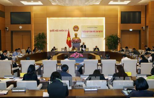 Membuka sidang pleno ke-4 Komisi Hukum MN Vietnam