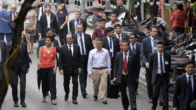 Vietnamese French people accompany President Hollande to visit Vietnam