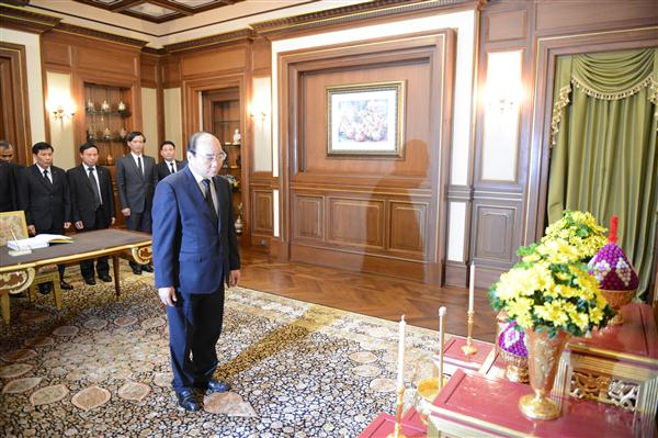Vietnamese government leader pays tribute to the Thai King