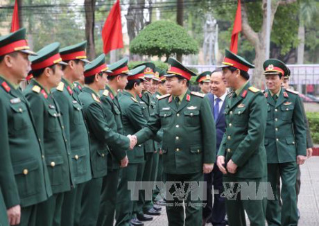 Defense Minister Ngo Xuan Lich works with Thanh Hoa's armed forces