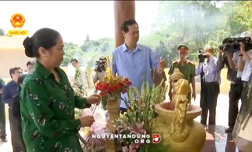 阮晋勇总理出席坚江省昏德县举行的军民医纪念碑落成典礼