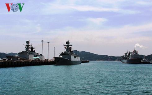 中国海军舰艇编队访问越南金兰国际港