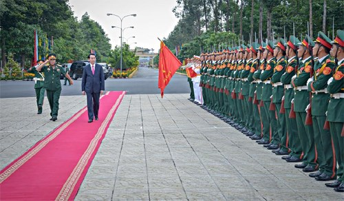陈大光探望第九军区武装力量并拜年