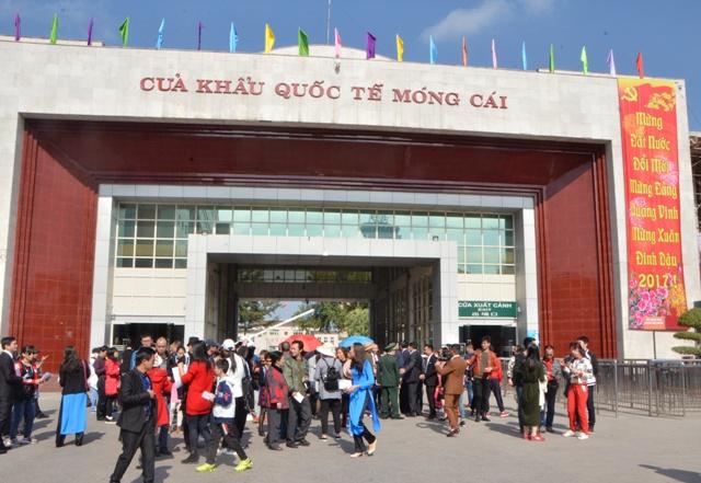 春节期间大量游客游览芒街市