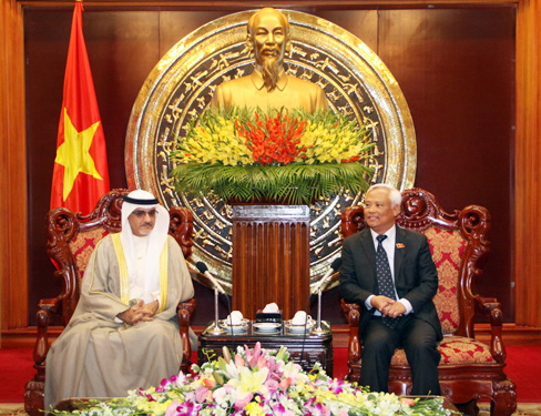 9/8/2014 - 18:35   (VOVworld) – Vice National Assembly Chairman Uong Chu Luu received Kuwait's delegation of friendship parliamentarians led by Khalil Abdulla Ali, Chairman of the Kuwait-Vietnam Friendship Parliamentarians Group.    More