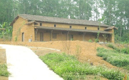 Earthen-wall houses of the Pu Peo