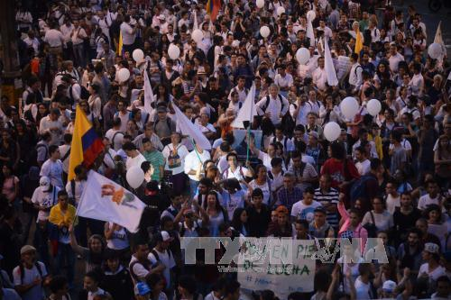 Thousands march in support of Colombia peace deal
