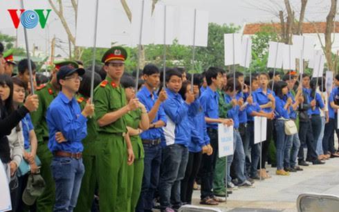 越南全国各地启动2017年青年月