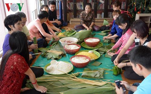 Làm bánh chưng truyền thống cho ngày Tết cổ truyền