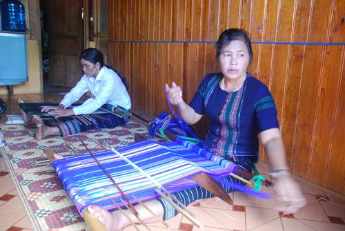 Das traditionelle Weben von Brokat der Volksgruppe der K'Ho