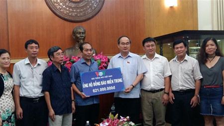Ketua Pengurus Besar Front Tanah Air Vietnam, Nguyen Thien Nhan menerima bantuan untuk warga di daerah Vietnam Tengah