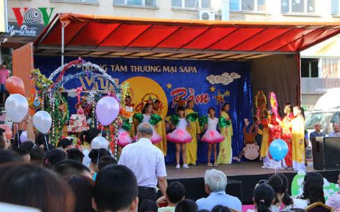 Người Việt tại Séc tìm về giá trị cội nguồn dịp Tết Trung thu