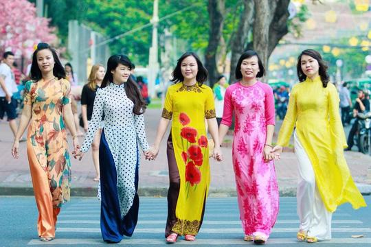 Áo dài: nét đẹp ở công sở thành phố Hồ Chí Minh