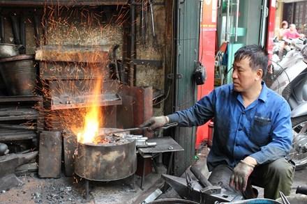 Người thợ giữ lửa trên phố Lò Rèn, Hà Nội