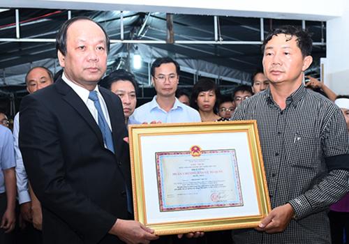Truy tặng Huân chương Bảo vệ Tổ quốc Hạng Nhất cho Thiếu úy phi công Phạm Đức Trung