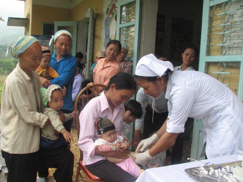 Tôn vinh cán bộ, nhân viên y tế thôn bản giỏi