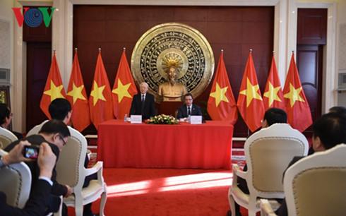 Tổng Bí thư Nguyễn Phú Trọng thăm Đại sứ quán Việt Nam tại Trung Quốc