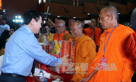 Phó Thủ tướng Vương Đình Huệ gặp mặt đồng bào Khmer nhân dịp Tết Chôl Chnăm Thmây