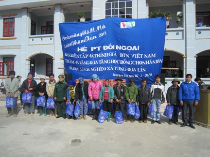 VOV5 presents New Year gifts to the poor in Lai Chau province