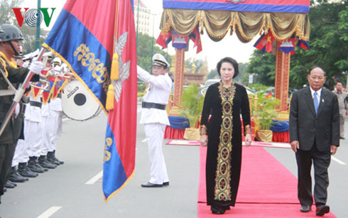 9/27/2016 - 19:20   (VOVworld) – On Tuesday afternoon, National Assembly Chairwoman Nguyen Thi Kim Ngan began an official friendship visit to Cambodia at the invitation of her Cambodian counterpart Samdech Heng Samrin.    More