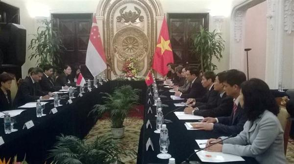 Vietnamese, Singaporean foreign ministers hold talks
