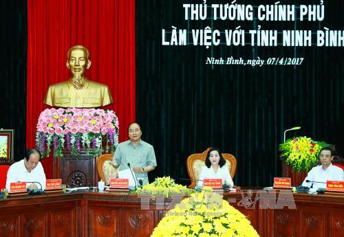 Prime Minister works with Ninh Binh, visits automobile assembly factory